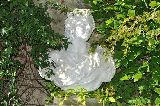 Villa Theresa Bed & Breakfast: Statua di fattezze....