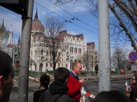 Angelico Tours : davanti al Parlamento