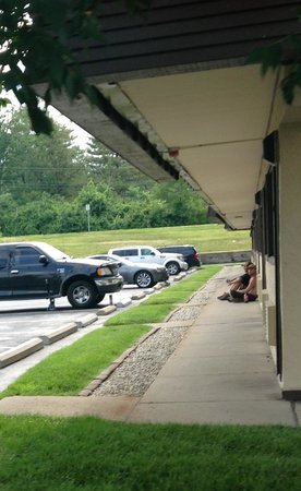 Red Roof Inn Dayton North Airport: The two mechanics sitting next to the building