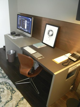 Das Stue: Room Desk