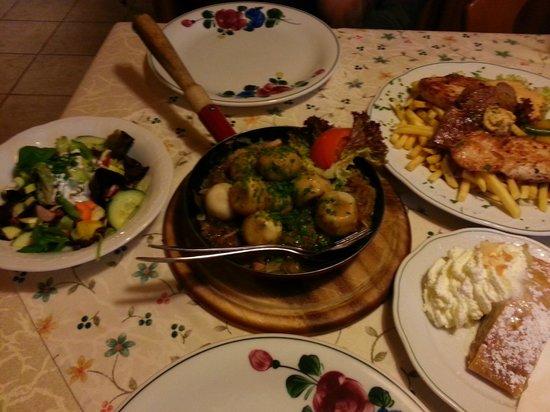 Gasthof Höllwirt: Mixed grill, dumplings, salad and apple strudel