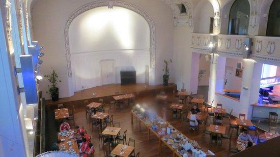Hotel  Theatrino: Der er højt til loftet i spisesalen..