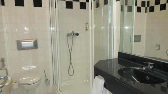 Hotel  Theatrino: Dejligt badeværelse og der var altid masser af varmt vand..