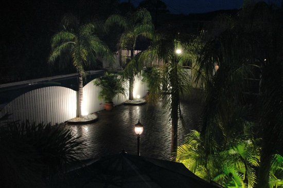 Venice Beach Villas: courtyard and pool at night