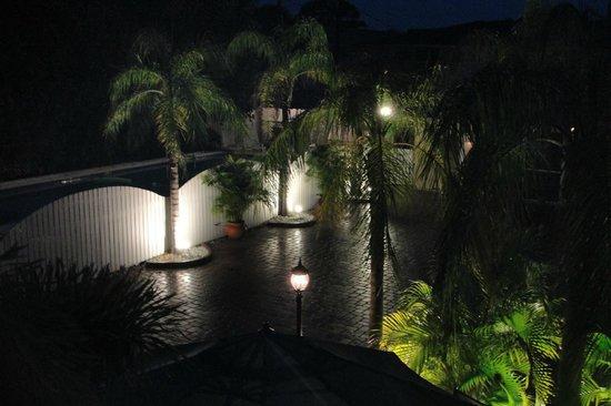 Venice Beach Villas : courtyard and pool at night