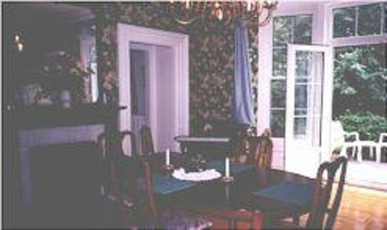 Inn by the Rose Garden: Dining Room with patio doors to Deck