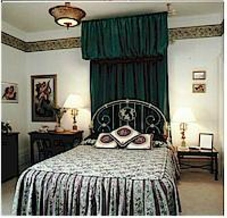 Inn by the Rose Garden: Heavenly Dreams - Queen Bed - Whirlpool Tub & Shower
