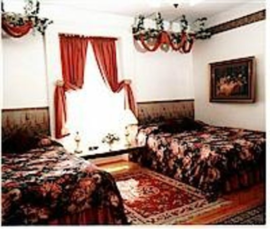 Inn by the Rose Garden : Wine and Roses - 2 Queen Beds - Oversize Tub & Shower