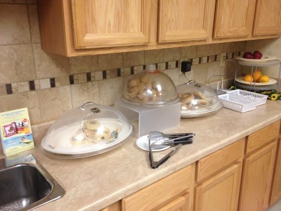 Days Inn Luray Shenandoah: breakfast!!! yes...that's it!!!