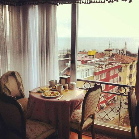 Ada Hotel Istanbul: Terassa