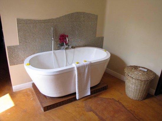 Azanzi Beach Hotel : Bathtub.