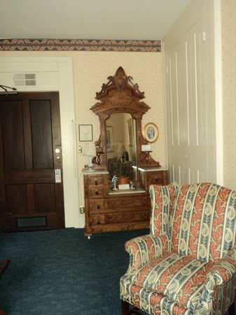 Beaumont Inn: Dresser
