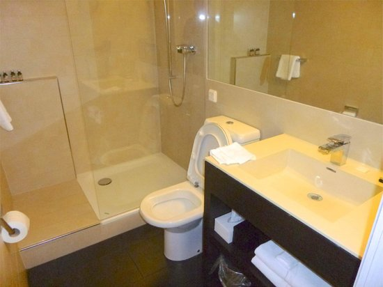 Hotel Helmhaus: Spacious Bathroom