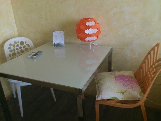 HOMEnFUN Formentera Suites: Mesa de comedor