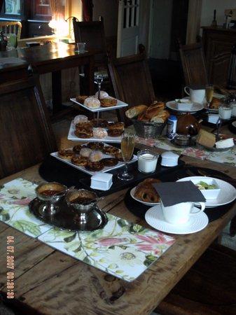 Le Chateau des Ormes: Breakfast table 2