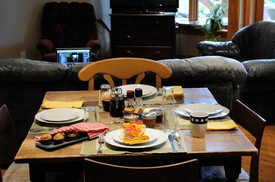 Le Beausoleil Bed and Breakfast: Breakfast table
