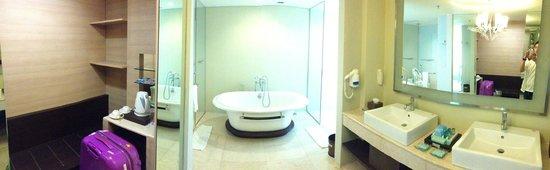 Novotel Manado Golf Resort & Convention Centre: Bathroom