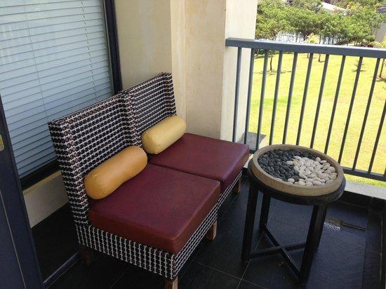 Novotel Manado Golf Resort & Convention Centre: Sofa and Mini Table at Balcony