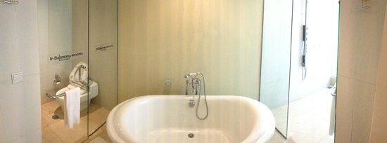 Novotel Manado Golf Resort & Convention Centre: Separated Bathup, Toilet, and Rainshower