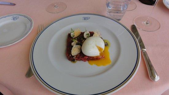 Il San Pietro di Positano: beef tartare with soft boiled egg
