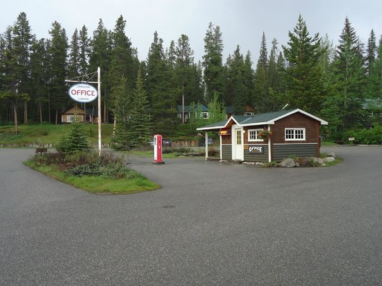 ‪‪Johnston Canyon Resort‬: check-in (a heritage gas station in fact)‬
