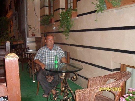 Blue Istanbul Hotel: otel önünde  istirahat
