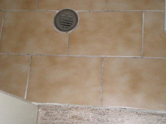 Hotel Eden : Toilet floor and drain.