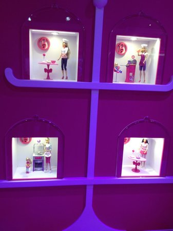 ‪Barbie Dream House Experience‬