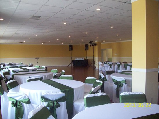 Express Inn & Suites: Ballroom ready and waiting for the reunion to begin
