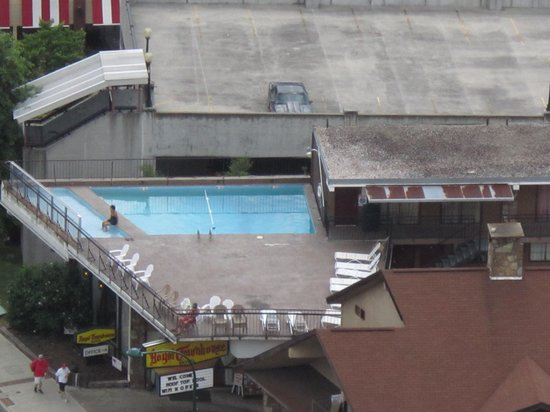 Royal Town House Motel : View of the pool from Space Needle