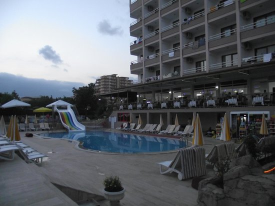 Ideal Beach Hotel: Pool in the evening