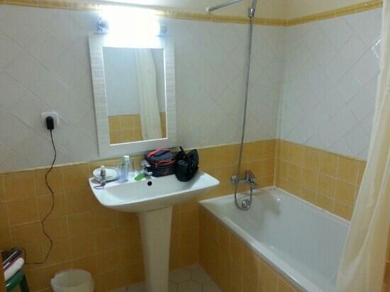 Hotel Les Mazets des Roches: salle de bain (aussi) très antique
