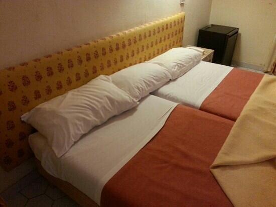 Hotel les Mazets des Roches : noS litS... très d'époque aussi.