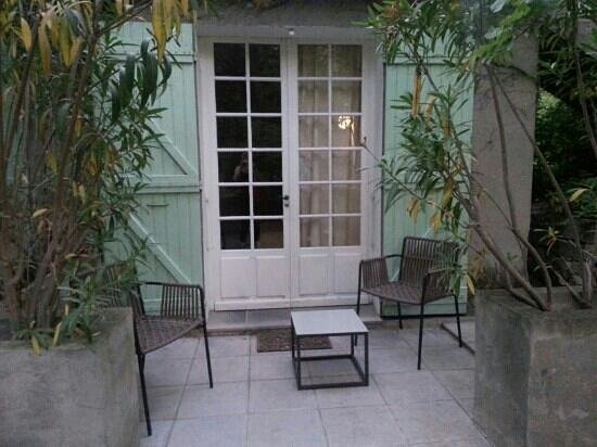 Hotel les Mazets des Roches : terrasse, si seulement elle était propre...