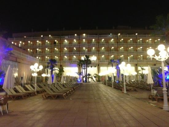 Cleopatra Palace Hotel: night view inside pool area