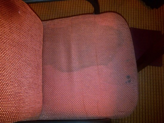 Comfort Suites O'Hare: Stained Chair