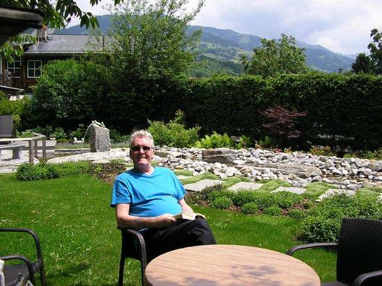 Tiefenbrunner Hotel: Alec in the hotel garden
