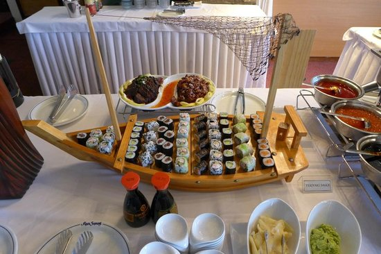 Jade Palace: Sushi on a boat