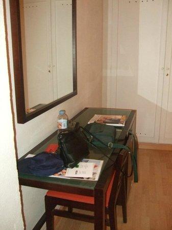 Hotel Pelinor: Escritorio, nevera y armario