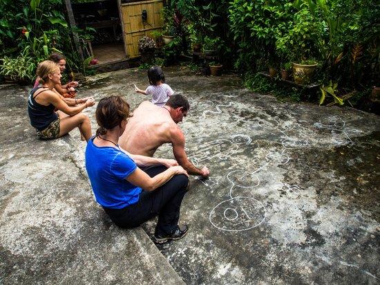 Kurakura Homestay: Fun with chalk
