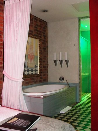 African Pride Melrose Arch Hotel, Autograph Collection: Large oval bathtub.