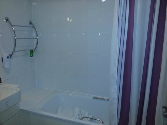 Premier Inn Northwich South Hotel: Only bit of colour in the dingy bathroom was the coroprate purple shower curtain