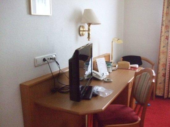 Zum Goldenen Ochsen : TV and desk