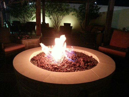 Houston Marriott Energy Corridor: The Fire Pit Sitting Area at night, very unique experience