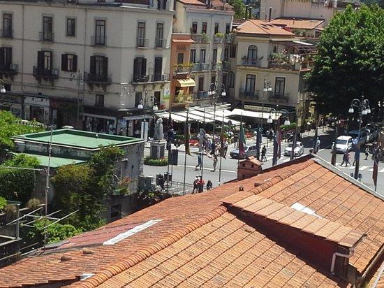 Hotel Palazzo Guardati: roof terrace looking at plazzo tasso