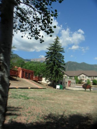 El Colorado Lodge: view from the yard of cabin 28