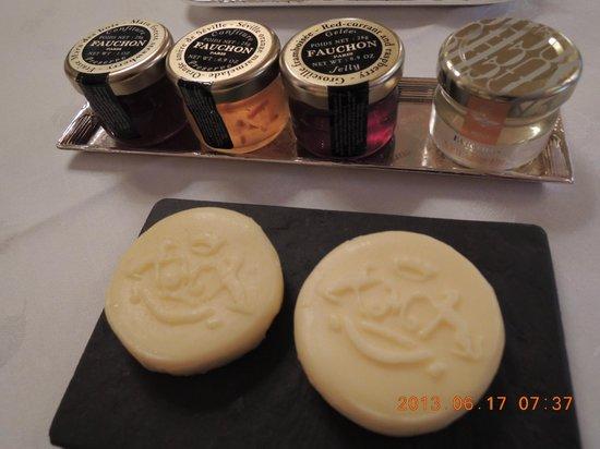 Le Meurice: バターにはホテルのロゴ入り