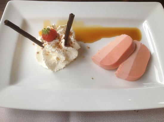 BEST WESTERN Hotel Nobis Asten: bavarois van bloedsinasappel met een toef slagroom