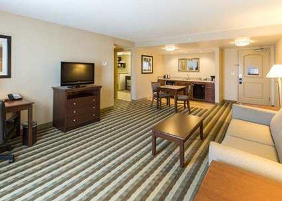 Hampton Inn Presque Isle: King Suite Living Area