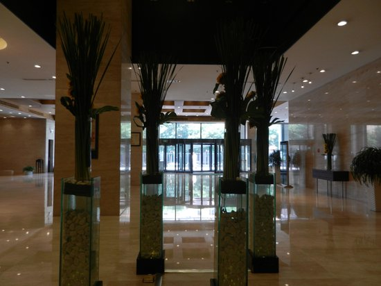 Holiday Inn Central Plaza: Vye du lobby